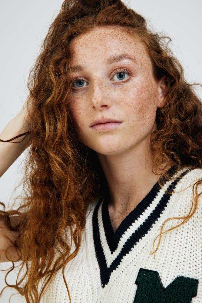 Model Emma L grid item photo