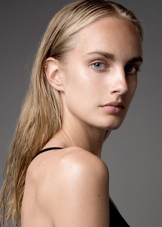 Model Ester A grid item photo