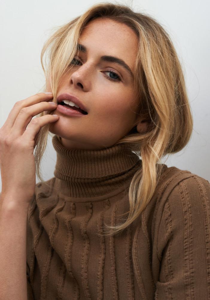 Model Laura C grid item photo