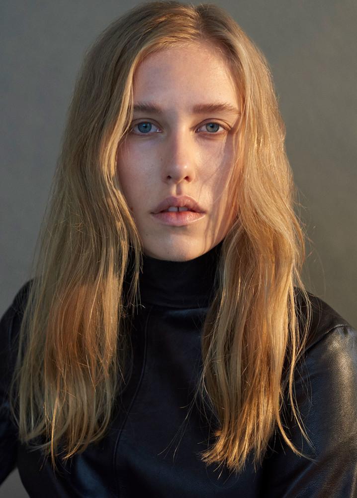 Model Laura P grid item photo